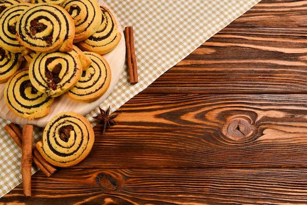 Biscoitos assados caseiros com passas e sementes de papoila.
