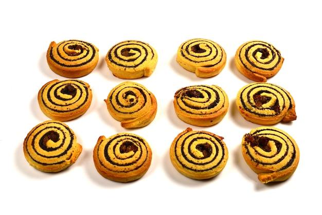 Biscoitos assados com passas e sementes de papoula, isoladas no branco.