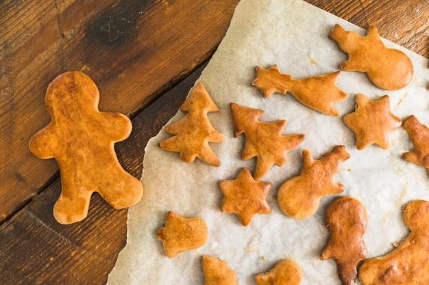 Biscoitos assados em diferentes formas na placa de madeira