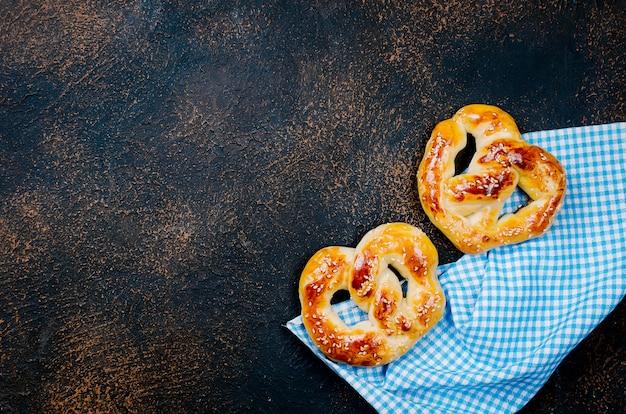 Biscoitos assados em uma mesa escura