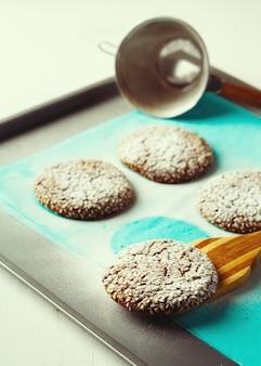 Biscoitos assados frescos saudáveis na bandeja de cozimento