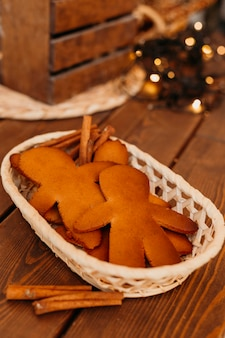 Biscoitos assados na cesta