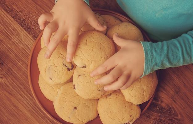 Biscoitos, bolos, cozinham as próprias mãos. foco seletivo.