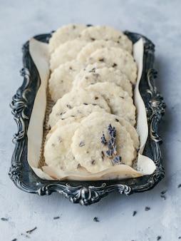 Biscoitos brancos em uma bandeja preta