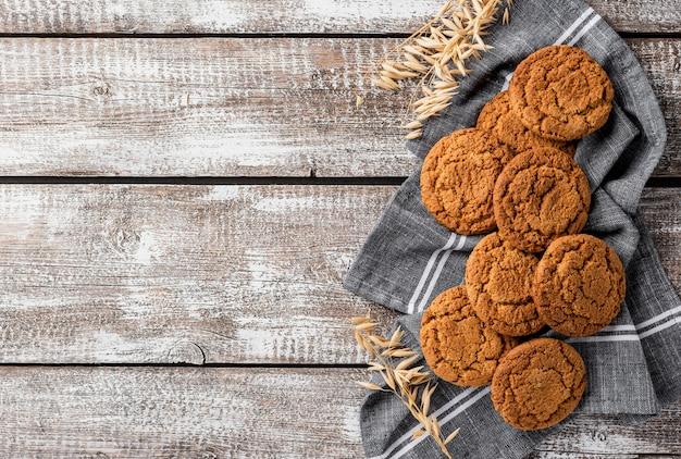 Biscoitos britânicos de vista superior e espaço de cópia