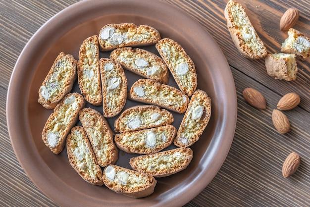 Biscoitos cantuccini no prato