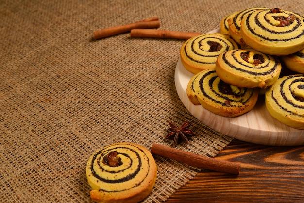Biscoitos caseiros assados com passas e sementes de papoula