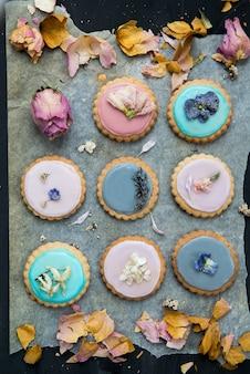 Biscoitos caseiros cobertos com glacê de cor pastel