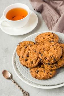 Biscoitos caseiros com chocolate em uma placa em uma tabela cinzenta. tiro de cookie de chocolate