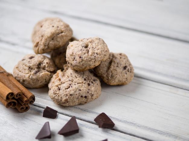 Biscoitos caseiros com frutas secas, nozes, chocolate e canela