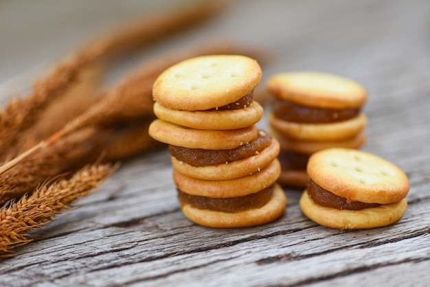Biscoitos caseiros, com, geleia abacaxi, biscoitos biscoitos, ligado, madeira, para, lanche biscoito