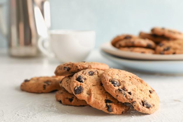 Biscoitos caseiros com gotas de chocolate no fundo cinza, closeup