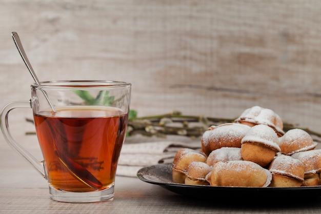 Biscoitos caseiros com leite condensado recheado com nozes
