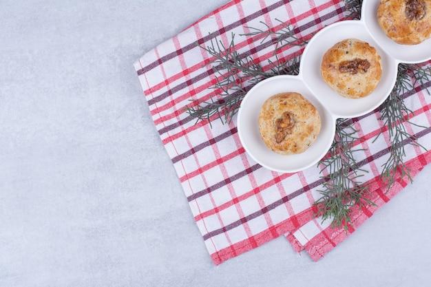 Biscoitos caseiros com miolo de noz na toalha de mesa.