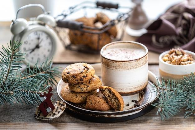 Biscoitos caseiros com nozes e café em uma xícara de cerâmica
