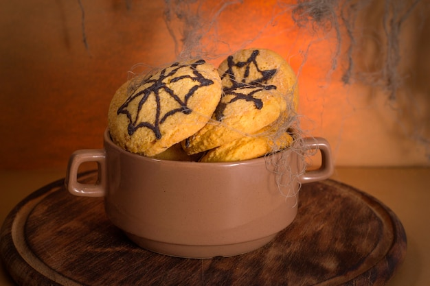 Biscoitos caseiros com teia de aranha para a celebração do halloween