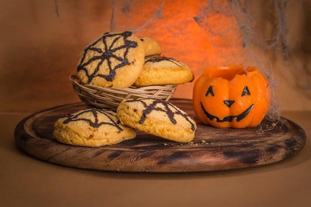 Biscoitos caseiros com teias de aranha e aranha para a celebração do halloween