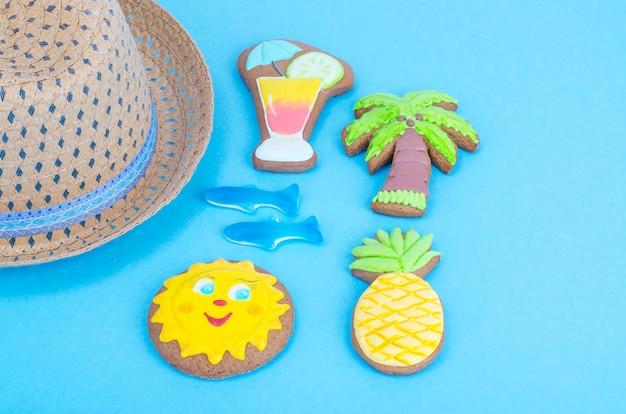 Biscoitos caseiros com tema de verão em fundo azul.