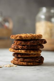 Biscoitos caseiros de aveia e banana. lanche sem carboidratos e sem açúcar.