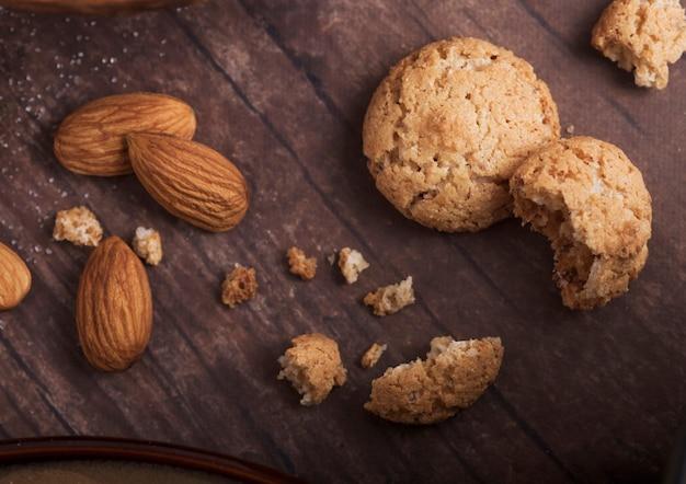 Biscoitos caseiros de biscoito de amêndoa com amêndoas cruas