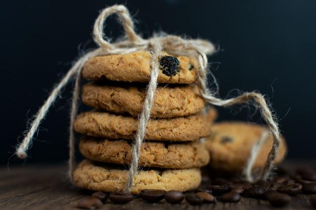 Biscoitos caseiros de chocolate, grãos de café, madeira