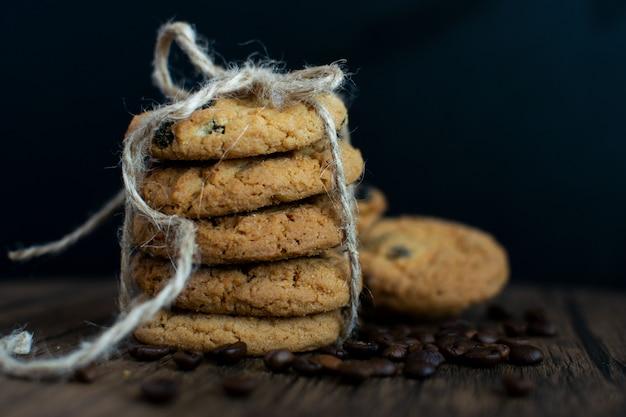 Biscoitos caseiros de chocolate, grãos de café.