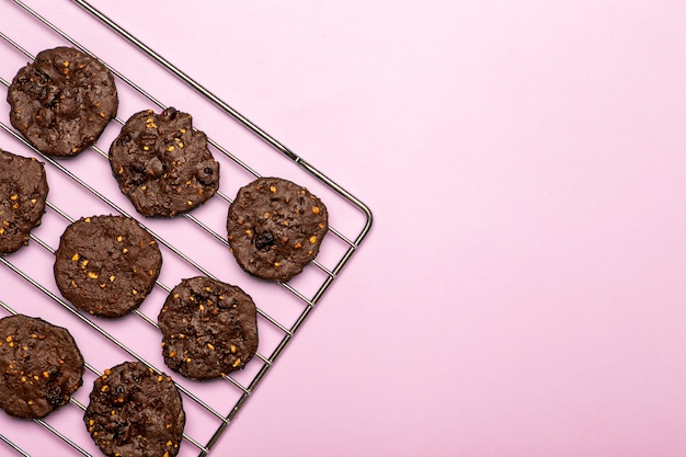 Biscoitos caseiros de chocolate sem glúten com cereais, nozes e cacau orgânico. biscoitos e doces de farinha de centeio em um fundo colorido. conceito sem glúten