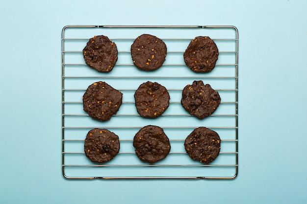 Biscoitos caseiros de chocolate sem glúten com cereais, nozes e cacau orgânico.