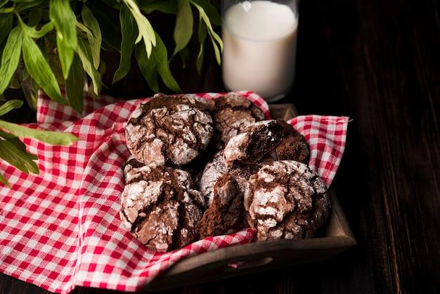 Biscoitos caseiros de close-up com leite na mesa
