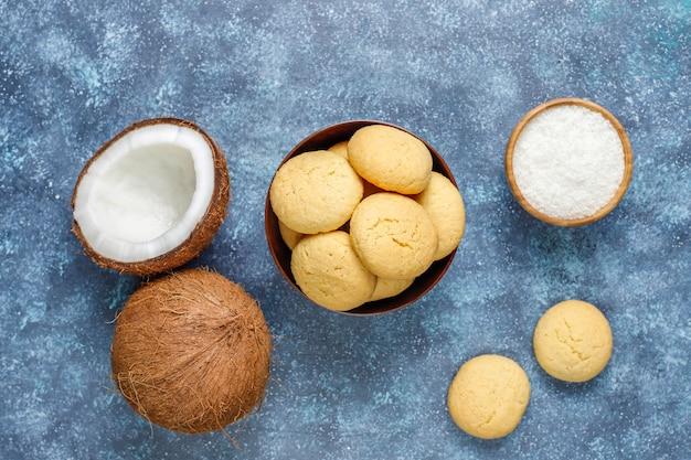 Biscoitos caseiros de coco vegan saudável com metade de coco