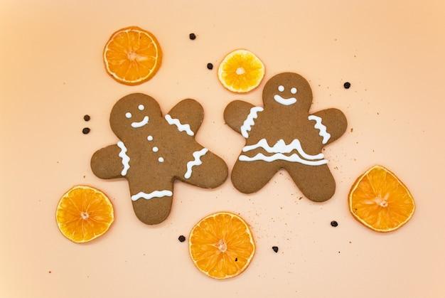 Biscoitos caseiros de gengibre de natal com rodelas de laranja