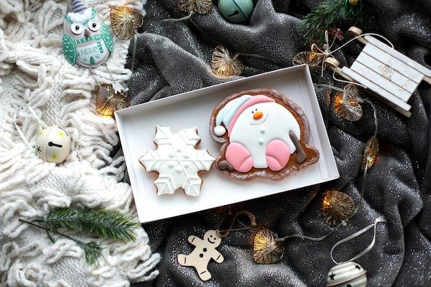 Biscoitos caseiros de gengibre de natal e decorações de natal, ambiente acolhedor e festivo
