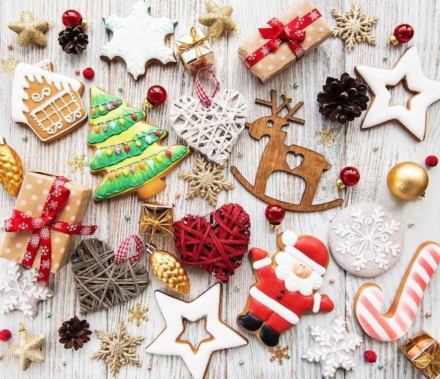 Biscoitos caseiros de gengibre de natal e decorações de natal em uma mesa de madeira