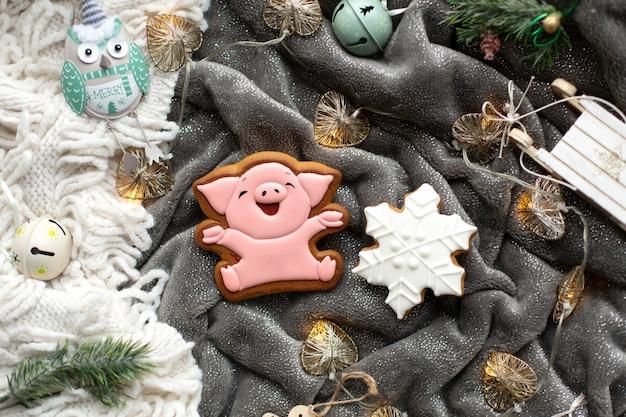 Biscoitos caseiros de gengibre de natal e decorações de natal.
