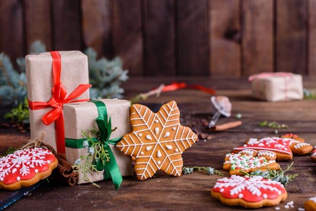 Biscoitos caseiros de gengibre de natal na mesa de madeira