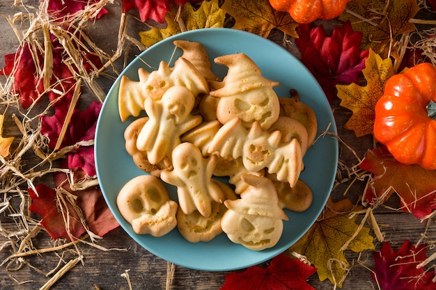 Biscoitos caseiros de halloween na mesa de madeira. vista do topo