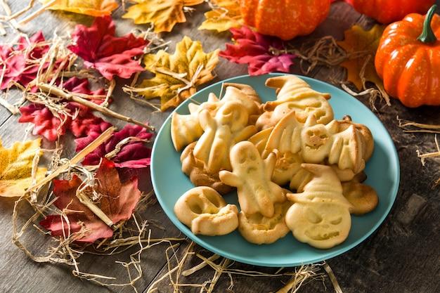 Biscoitos caseiros de halloween na mesa de madeira.