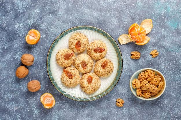 Biscoitos caseiros de nozes e geléia deliciosos.