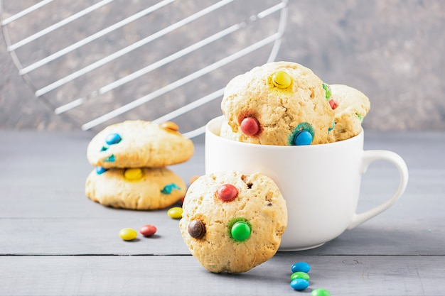 Biscoitos caseiros decorados com balas de gelatina colorida em um copo branco
