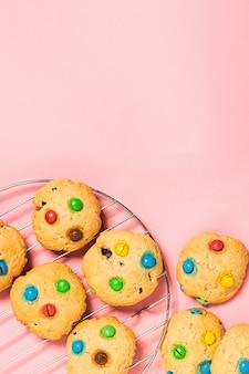 Biscoitos caseiros decorados com balas de gelatina colorida