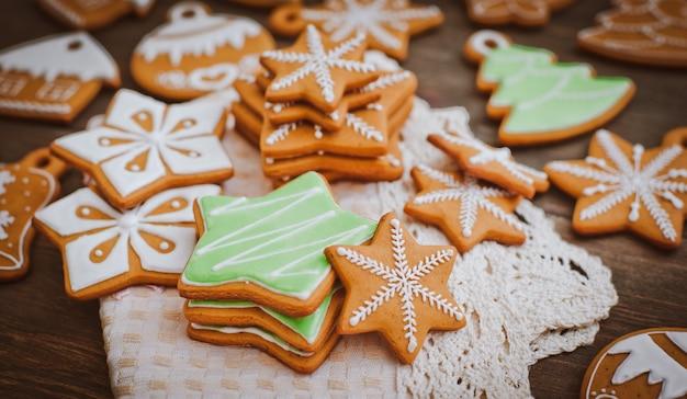 Biscoitos caseiros deliciosos de gengibre de natal