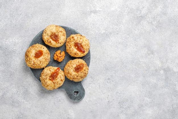 Biscoitos caseiros deliciosos de noz e geléia.