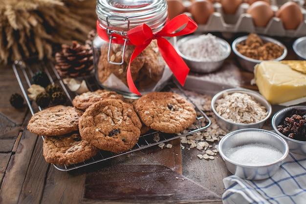 Biscoitos caseiros e receita na mesa de madeira