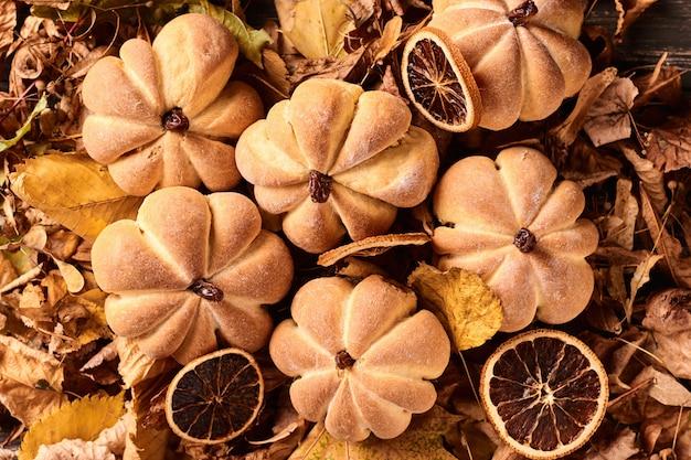Biscoitos caseiros em forma de abóbora no outono folhas