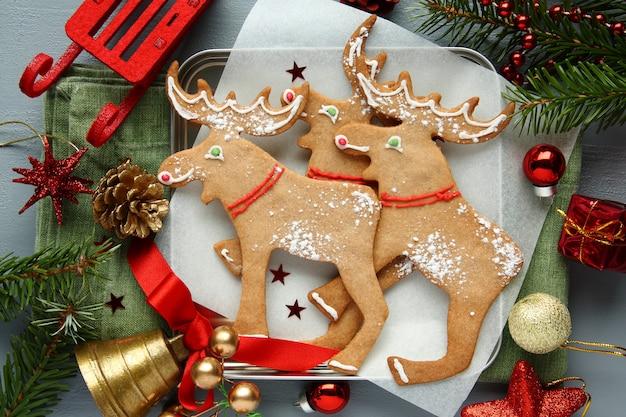 Biscoitos caseiros em forma de alce de natal com decoração de natal.
