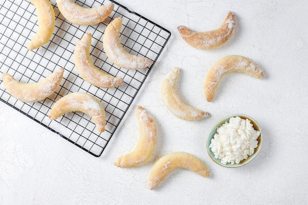 Biscoitos caseiros em forma de banana com recheio de requeijão.