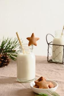 Biscoitos caseiros em forma de estrela e leite para o papai noel e a árvore de natal