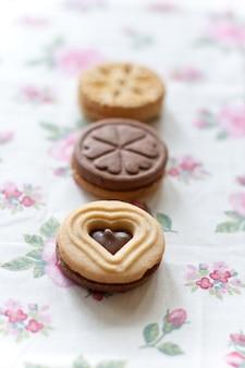 Biscoitos caseiros em uma mesa
