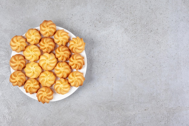 Biscoitos caseiros num prato fundo de mármore.