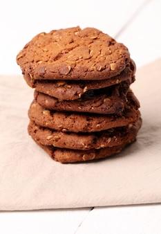 Biscoitos caseiros outmeal marrom sobre uma mesa